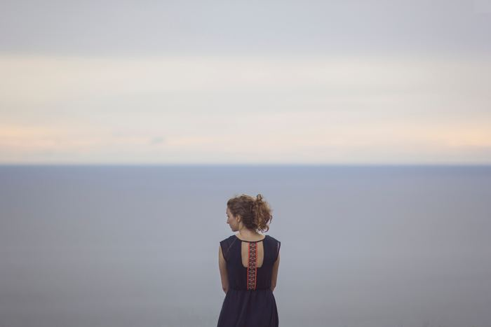 強がって自分を大きく見せたり、逆に卑下することで自分自身を苦しめてしまうことってありますよね。でもいつだって、等身大の自分でいましょう。そうすれば不思議と背伸びするために嘘をついたり、言い訳することも減っていきます。そして「今の私ってこうなんだ」と自然と自己肯定できるようになり、必要以上に自分の心を傷つけることがなくなってきますよ。