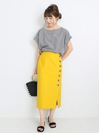 シャツ×スカートの定番スタイルも、明るい色をポイントにすることでトレンド感あふれる洗練されたスタイルに。バッグやサンダルなどの小物は黒で統一してシックにまとめると、イエローの鮮やかな色彩が一層引き立ちます。