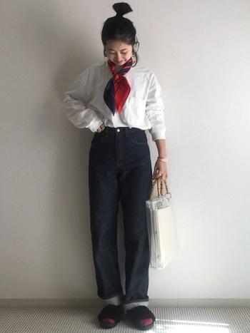 白シャツにデニム、のスタンダードな着こなしに、きゅっとスカーフを巻けば、まるでパリジェンヌのような素敵な装いに。シャツはタックインして、コンパクトにまとめると全体のバランスが取りやすくなり◎
