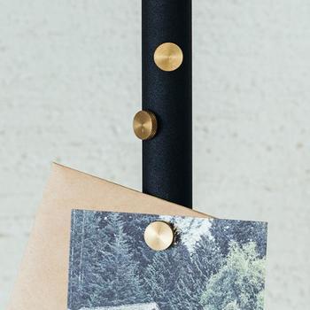 真鍮の輝きが大人っぽいマグネット。フレームや棚のちょっとした隙間をおしゃれに演出してくれる。