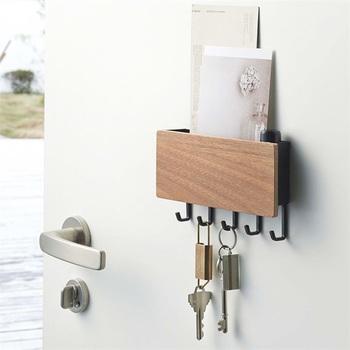 大き目のポケットが付いて、ドアなどにペタッとくっ付けられるキーフックです。玄関に付ければ鍵の管理にぴったり。冷蔵庫に付ければ、キッチンツールの管理に便利そう。