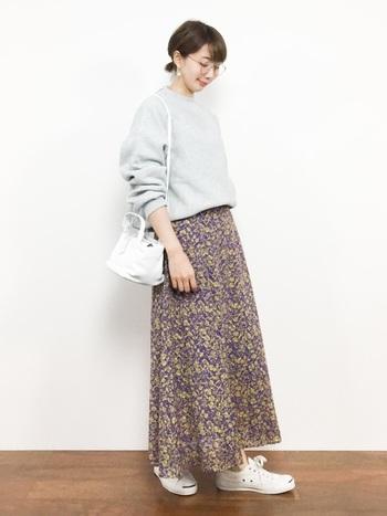 ベージュと同じく、優しい雰囲気のグレーも初心者さんにおすすめ。可憐な小花柄スカートを引き立ててくれます。