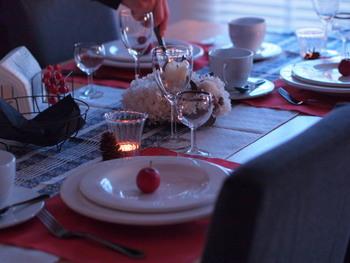 テーブルランナーの上にランチョンマットをさらに重ねて使っています。つるりとしたテーブルの表面に幾種類もの布が重ねられることで、重厚感をプラスすることができます。