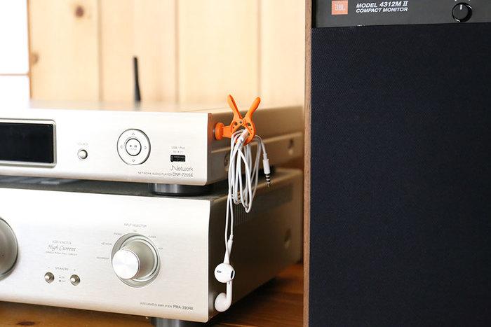 冷蔵庫で使うほか、AV機器やパソコン関係のコードの管理にも活躍してくれます。マグネットを取れば持ち運びもできていい。