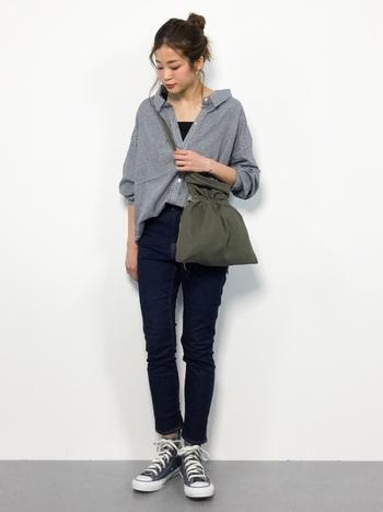 コーディネートのスパイスとして活躍するカーキのバッグは、シンプルなシャツスタイルの鮮度をぐっと高めてくれます。大人可愛いギンガムチェック柄のシャツは、リラックス感あふれるオフショルダーデザインも魅力的。定番のデニムスタイルでも、トップスに女性らしいデザインのアイテムを取り入れることで、抜け感のあるおしゃれなスタイリングが完成します。