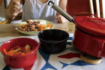 お魚柄の可愛らしいカラフルなテーブルランナーです。赤いポットとの相性も抜群で、キュートな食卓を演出してくれます。