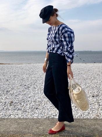 着回し力抜群のカジュアルな「デニム」は、ギンガムチェックコーデに欠かせない定番アイテムのひとつです。こちらは袖部分のギャザーデザインが可愛いブラウスに、ワイドシルエットのデニムを合わせた大人カジュアル。キャスケットやバレエシューズなど、上品な小物をプラスしたフレンチシックな着こなしがおしゃれですね。
