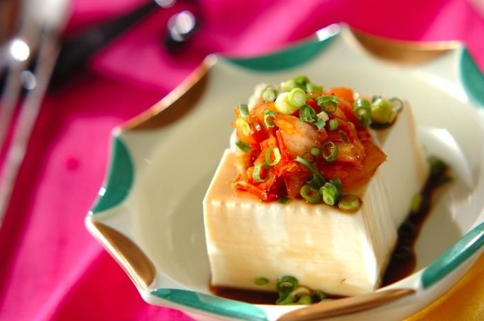 おつまみの王道、冷や奴!冷蔵庫に余っている豆腐とキムチがあればできる簡単おつまみです。最後にごま油をひと回しすれば、風味豊かなお店の味が完成しますよ♪