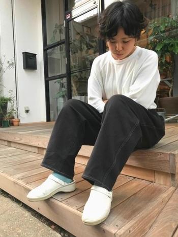 ボーイッシュなモノトーンコーデに白いサボを合わせ、ミントカラーの靴下で差し色を加えています。一見、難易度が高いように感じる白いサボですが、トップスの色を合わせるなど工夫をすることで、ナチュラルに馴染みやすくなります。