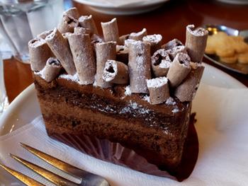 ショコラ生地とクレームショコラを重ねた『ローヌ・アルプ』は煙突のようなメレンゲが印象的。