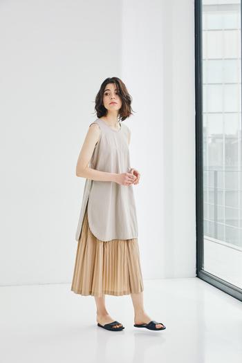 シャツのようなラウンドヘムのチュニックに、クラッシュワッシャーとプリーツがミックスされた、雰囲気のあるロングスカートを合わせたコーディネート。トップスからグラデーションでまとめたベージュのワントーンコーデが洗練されています。 同系色の羽織ものを加えても◎。