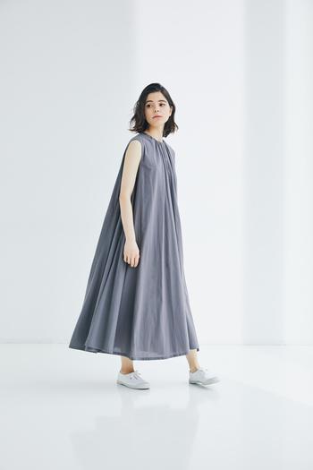 襟もとのギャザーから流れるフレアシルエットが美しいマキシ丈ワンピース。ニュアンスのあるグレーが涼しげな印象です。 詰まり気味のネックラインと広がる裾のコントラストが存在感たっぷり。