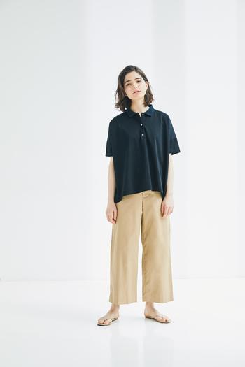メンズライクなポロシャツも、上品な素材とワイドシルエットで女性らしい印象に。 バーバリー生地のハリ感がきれいなラインを作るパンツは、トラッドなポロシャツと好相性。