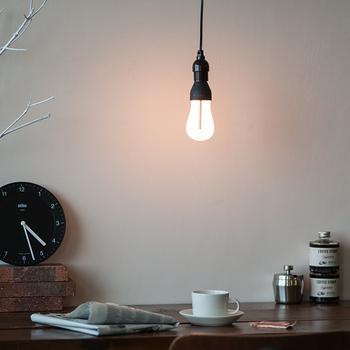 LEDは電気代が白熱電球の約1/8、電球自体の寿命が白熱電球の20倍以上と最も環境に優しい明かりです。ただ、電球自体のお値段がとても高いので、導入するのをためらっている人も多いんですよね。長い期間、使うことを考えると、交換の手間も少なく、とても便利な電球といえます。