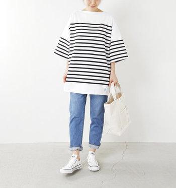 パネルボーダーTシャツ×デニムパンツのフレンチカジュアルスタイルに、コンバースの紐なしスニーカーを合わせたスタイリング。リラックス感のあるビッグシルエットのトップスと紐なしスニーカーで、今年らしくアップデートしてみましょう。