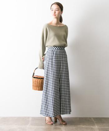 こちらは女性らしいシルエットのマーメイドスカートと、やさしい色味のトップスを合わせたきれいめカジュアル。軽やかな雰囲気のかごバッグとストラップサンダルが、コーディネートに季節感をプラスしてくれます。大人っぽくて上品なデザインのスカートは、サファリジャケットやMA-1など、ミリタリーテイストの春アウターとも相性抜群です。