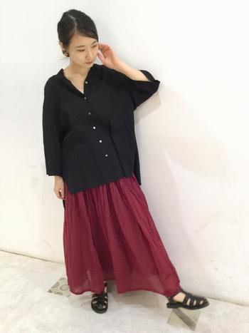 ワインレッドのスカートは黒となじみやすく相性が良いです。 普段明るい色を着ないけど赤スカートに挑戦したいという人におすすめです。
