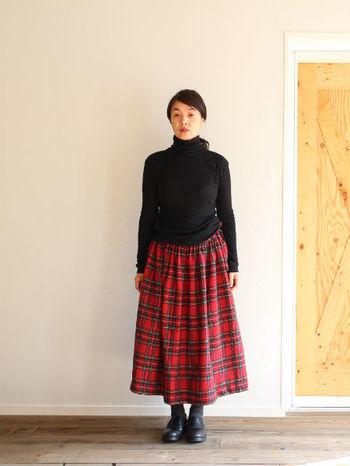 赤チェックのロングスカートは、黒のタートルネックと合わせると上品に大人っぽく着こなせます。