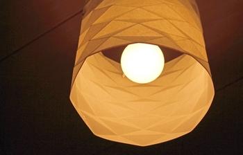 和室には和紙でできた照明もよく似合いますね。風情あるイメージを保ったまま、デザイン性をアップさせることができます。