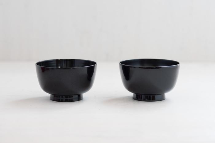 左が約5年使用、そして右が新品のお椀です。どっちがどっちなのか分からない程、差が無いように見えますよね。国産の素材にこだわって作ることで、100年後の食卓でも使えることを目指している漆器なんです。