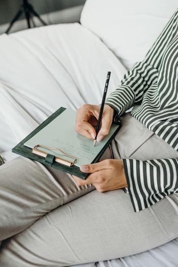 朝は少し早起きして、心に浮かぶことや、その日のタスクを「モーニングページ」に書き出します。頭が働かない時間帯ですから、眠い、だるい、書くことが思いつかない、といった内容でもOK。その日一日を気持ちよくすごすために、心をクリーンにすることが目的です。 思わず手に取りたくなるような手帳やノートが一冊あると、習慣化しやすくなります。