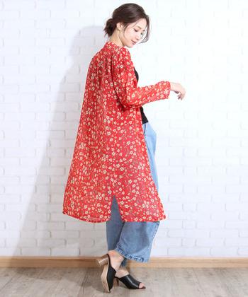 総花柄のガウンカーディガンは、赤でパッと華やかなスタイリングに。ワイドデニムと黒トップスのベーシックな着こなしも、羽織り一枚で印象が大きく変わりますね♪