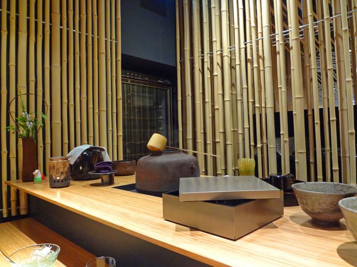 お茶の体験は要予約。抹茶以外にも、玉露や煎茶、スイーツを楽しむことができる「日本茶体感コース」と、抹茶の点て方や飲み方をプロに教わる「抹茶事始め体験」の2つのプランが用意されています。抹茶事始め体験では、使用した茶道具一式を持ち帰ることも可能!すぐに実践できる、お得なコースです。