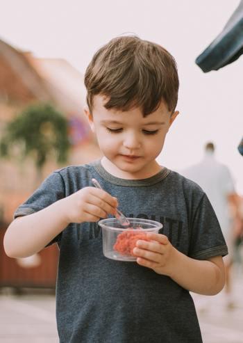 暖かな春が終わり日差しがだんだん強くなってくると、お口をひんやり潤してくれる冷たいデザートが食べたくなりますよね。冷たいデザートの中でも、アイスクリームは乳脂肪分が高く高カロリーとされていますが、シャーベットは果物などから作ったシロップを水で薄めて作るので、さっぱりとした口当たりでカロリーも低めです。