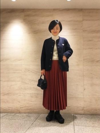 紺色のアウターと、小物や靴も黒で統一されていることで大人っぽい印象になります。 女性らしさとカジュアルさが組み合わされていておしゃれなコーデです。