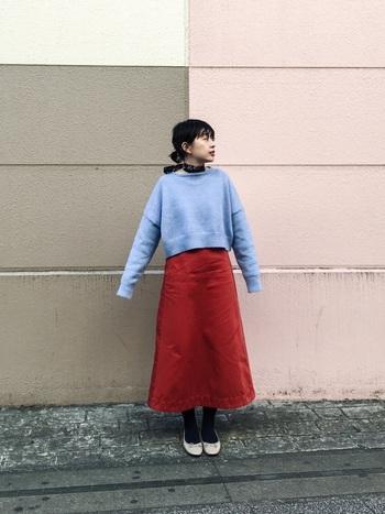 紫と赤は意外と相性が良いんです。 短めのトップスに長めの台形スカートは、バランスが絶妙でとてもお洒落なコーデ。スカーフとパンプスをプラスして可愛らしい印象に。