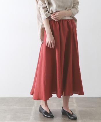 赤色スカートの1番の魅力は合わせやすさ。主役感のあるカラーだから、定番アイテムにあいます。差し色に使うことも主役にすることもできる万能なアイテム。ボトムスは顔から離れているので、トップスよりも明るい色を持ってきやすいです。普段赤色を着ない方は、最初の一歩に赤色スカートを選んでみてはいかがでしょうか。