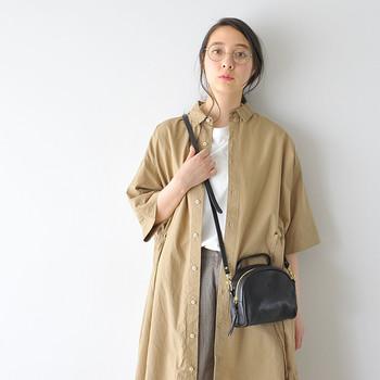 革素材を使用したレザーのショルダーバッグは、経年変化を楽しみながら長く愛用できるアイテムです。