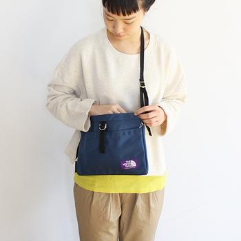 お財布とケータイなど、必要最低限の荷物を入れておくのに便利なサコッシュバッグ。でも私には小さすぎる…と不安に思っている方には、たっぷりサイズのサコッシュバッグがおすすめ。これなら、荷物もしっかり入って安心です。