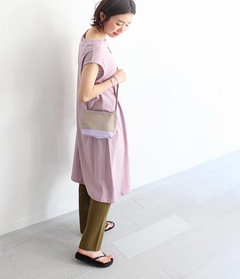 ナチュラルなカラーは、ピンクなどの淡い色合いともマッチして、春夏らしい涼しげな着こなしにピッタリです。