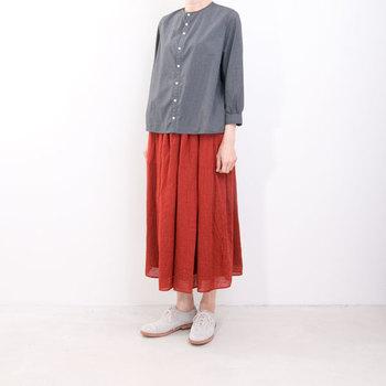 赤色スカートをおしゃれに着こなすためには、他のアイテムの色を統一して、バランスをとるのがコツ。白・黒・グレーなど定番カラーは赤をひきたててくれるので特に相性が良いです。