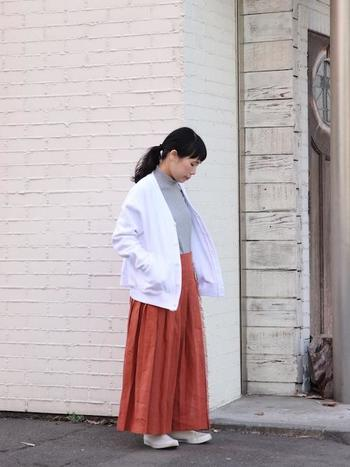 赤スカート以外を白っぽい色で統一することで、さわやかな印象に。 暖かい季節にマネしたくなるコーデです。