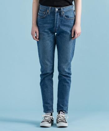 ジーンズと言えば外せない人気ブランドが、501などで有名な「Levi's(リーバイス)」です。 こちらのジーンズは、定番の501(R)モデルを、現代風のスキニーレッグにアップデート。深過ぎず浅過ぎない股上で、履く人を選ばないジーンズに仕上がっていますよ。