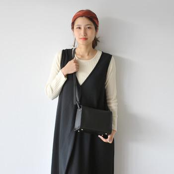 黒のバッグはシックな雰囲気が出るので、カジュアルなスタイリングでも上品な大人コーデに仕上がります。