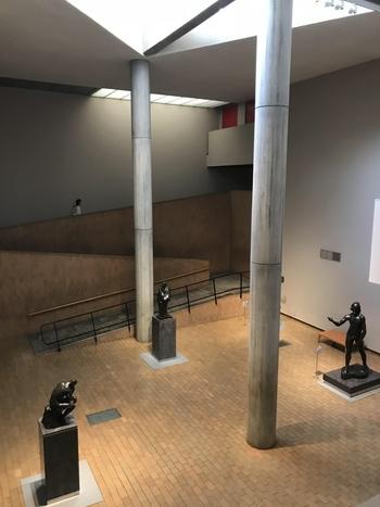 ル・コルビュジエ氏は、建物の各所を人の寸法を元に設計し、柱や天井、バルコニーの手すりなど、モデュロールのサイズになっています。