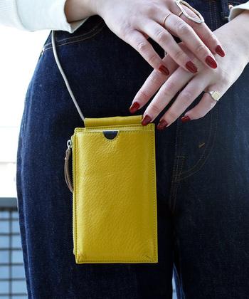 サブバッグにもなる超小ぶりなバッグは、明るいビビッドなカラーでコーデにアクセントをつけても可愛いですよ。