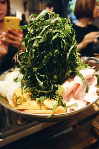 ディナーで人気なのが、旬の野菜をたっぷり使ったケール火鍋。野菜をたっぷり食べたい、そして身体を温めたい人は、こちらのヘルシー鍋もぜひお試しください♪