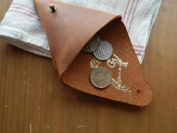 お札だとどうしてもお釣りが発生するので使いにくく、かえって迷惑がられることもあります。災害時にはお札よりも小銭の方が役立ちます。小銭を入れたミニ財布をひとつリュックに入れておきましょう!