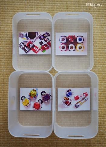 そんな時に参考にしたいのが、こちらのブロガーさんの素敵なアイディアです。100均のケースを活用しておもちゃの一部をカテゴリ分けして収納しているそうですが、ケースの底面にはおもちゃの写真の可愛いラベルが貼られています。小さいお子さんでもどの箱にしまえばいいのかひと目で分かりやすくなり、写真と同じおもちゃをケースに入れるだけで簡単にお片付けできますよ◎。