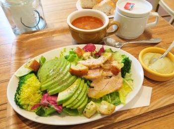 こちらはランチのセットメニュー「グリルチキンとアボカドのグリーンゴッデス風サラダ」。サイズはミディアムとフルサイズがあり、こちらはミディアムだそうですが、このボリューム!サラダだけでも大満足になりそうです。