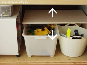 木の板をネジで留めて、L字型の金具で固定したら完成です。上下の空間を仕切ることで押入れのスペースを有効活用でき、使い勝手の良さもぐんとUPします。おもちゃの収納場所がなくてお困りの方は、さっそくコの字型の棚を使って機能的な収納スペースを作ってみてはいかがでしょうか。