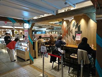 JR新宿駅直結、新宿ルミネ1の地下2階にある「D.I.Y. SALAD & DELICATESSEN」。カウンター席があるので、ちょっとおなかが空いたけど…というときに気軽に入りやすいお店です。もちろん、テイクアウトもできますよ。