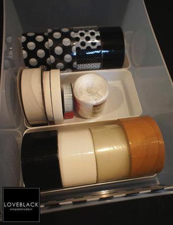 こちらのお宅では、年度ケースがテープや紐類の収納に使われています。普通サイズのガムテープが横に4つ、ジャストサイズで入る気持ち良さ。引き出しの中でも転がらず、すっきりとまとまりますね。