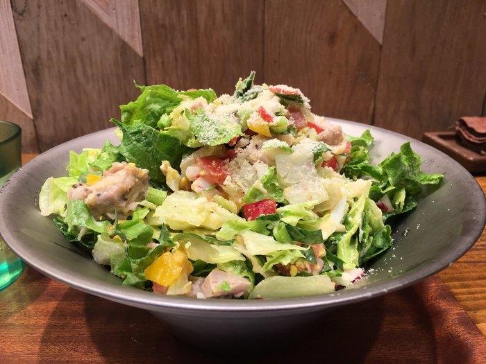 山盛りの「ロカボチキン」はローストチキンも入っていて、おなかをしっかり満たせます。あらかじめ食材が決まっているチョップドサラダメニューを選ぶほか、フルカスタムのサラダも注文できるので、苦手なものがあっても大丈夫♪