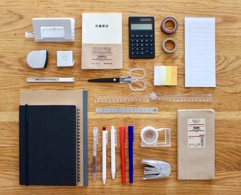 暮らしのなかで欠かせない生活用品のひとつが文具。こだわりを持って選んでいる方も多いのではないでしょうか。  人気ブロガーさんたちも、それぞれに文具の使いやすさやデザインへのこだわりがあるよう。早速、皆さんに文具の名品たちを見せてもらいましょう。