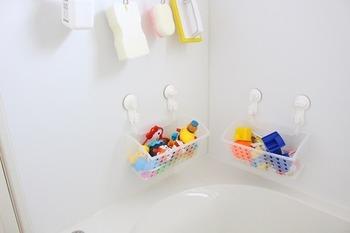 かごの前後と底部分に穴が開いているので、濡れたおもちゃをそのまま入れて収納できます。お子さんが使いやすい高さに合わせて吸盤で吊るしておけば、遊び終わった後に簡単にお片付けできますね。